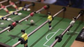 Οι άνθρωποι παίζουν το επιτραπέζιο ποδόσφαιρο απόθεμα βίντεο