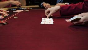 Οι άνθρωποι παίζουν το πόκερ Δύο άνδρες και γυναίκα δύο Τυχερό παιχνίδι χαρτοπαικτικών λεσχών φιλμ μικρού μήκους