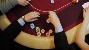 Οι άνθρωποι παίζουν το πόκερ, στοιχημάτιση Κινηματογράφηση σε πρώτο πλάνο χεριών, τοπ άποψη Τυχερό παιχνίδι χαρτοπαικτικών λεσχών απόθεμα βίντεο