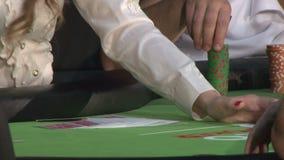 Οι άνθρωποι παίζουν το πόκερ φιλμ μικρού μήκους