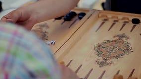 Οι άνθρωποι παίζουν το τάβλι απόθεμα βίντεο