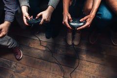Οι άνθρωποι παίζουν το τηλεοπτικό παιχνίδι Ένταση και ανταγωνισμός Στοκ Εικόνες