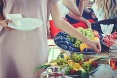 Οι άνθρωποι παίρνουν τα τρόφιμα Στοκ εικόνες με δικαίωμα ελεύθερης χρήσης