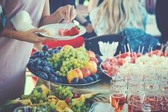 Οι άνθρωποι παίρνουν τα τρόφιμα Στοκ Εικόνα