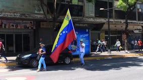 Οι άνθρωποι παίρνουν τις οδούς στην τετραγωνική αναμονή Altamira για τον προσωρινό Πρόεδρο Juan Guaido και τις militar δυνάμεις γ απόθεμα βίντεο