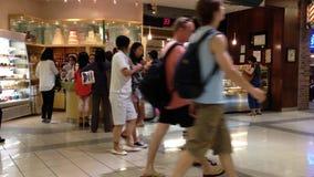Οι άνθρωποι παρατάσσουν για την αγορά του ψωμιού απόθεμα βίντεο