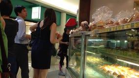Οι άνθρωποι παρατάσσουν για την αγορά του ψωμιού φιλμ μικρού μήκους