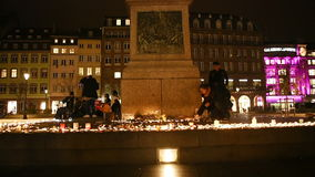 Οι άνθρωποι παρευρίσκονται σε ένα vigil και ελαφριά κεριά απόθεμα βίντεο