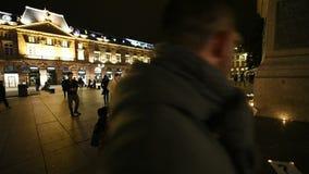 Οι άνθρωποι παρευρίσκονται σε ένα vigil και ελαφριά κεριά φιλμ μικρού μήκους