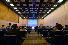 Οι άνθρωποι παρευρίσκονται στην επιχειρησιακή διάσκεψη στην αίθουσα συνεδρίων Στοκ Εικόνες