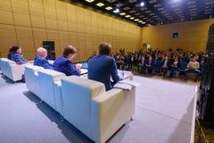 Οι άνθρωποι παρευρίσκονται στην επιχειρησιακή διάσκεψη στην αίθουσα συνεδρίων Στοκ Φωτογραφία