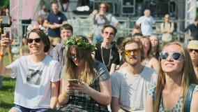 """Οι άνθρωποι παρευρίσκονται στην υπαίθρια συναυλία στο διεθνές φεστιβάλ """"Usadba Jazz της Jazz στο πάρκο Kolomenskoe φιλμ μικρού μήκους"""