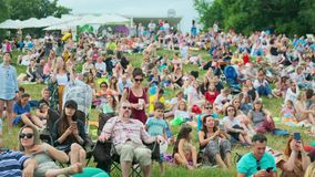 """Οι άνθρωποι παρευρίσκονται στην υπαίθρια συναυλία στο διεθνές φεστιβάλ """"Usadba Jazz της Jazz στο πάρκο Kolomenskoe απόθεμα βίντεο"""