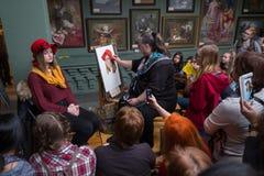 Οι άνθρωποι παρευρίσκονται στο ελεύθερο εργαστήριο κατά τη διάρκεια της ανοικτής ημέρας στο σχολείο watercolors Στοκ Φωτογραφία