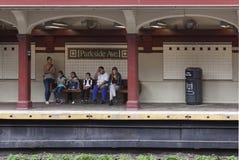 Οι άνθρωποι περιμένουν στο parkside σταθμών μετρό ave στο Μπρούκλιν Νέα Υόρκη Στοκ φωτογραφία με δικαίωμα ελεύθερης χρήσης
