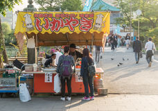Οι άνθρωποι περιμένουν τα τρόφιμά τους από BBQ το κατάστημα προμηθευτών θαλασσινών Στοκ εικόνα με δικαίωμα ελεύθερης χρήσης