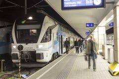 Οι άνθρωποι περιμένουν το τραίνο στο Westbahnhof στη Βιέννη Στοκ εικόνα με δικαίωμα ελεύθερης χρήσης