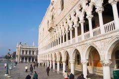 Οι άνθρωποι περπατούν από το τετράγωνο SAN Marco στη Βενετία, Ιταλία στοκ εικόνες με δικαίωμα ελεύθερης χρήσης