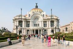 Οι άνθρωποι περπατούν από Palacio de Bellas Artes στην Πόλη του Μεξικού Στοκ φωτογραφία με δικαίωμα ελεύθερης χρήσης