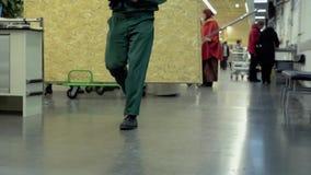 Οι άνθρωποι περπατούν γύρω στην υπεραγορά των οικοδομικών υλικών απόθεμα βίντεο