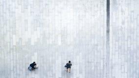 Οι άνθρωποι περπατούν επάνω πέρα από την εναέρια τοπ άποψη οδών επιχειρησιακών πόλεων Στοκ Φωτογραφία