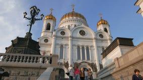 Οι άνθρωποι περπατούν επάνω τον καθεδρικό ναό σκαλοπατιών Χριστού το Savior Μόσχα απόθεμα βίντεο