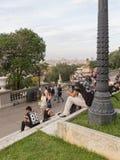 Οι άνθρωποι περπατούν και χαλαρώνουν στο λόφο Montjuïc Στοκ φωτογραφίες με δικαίωμα ελεύθερης χρήσης