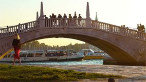 Οι άνθρωποι περπατούν κατά μήκος της για τους πεζούς γέφυρας πέρα από το κανάλι Gran στη Βενετία Ιταλία απόθεμα βίντεο