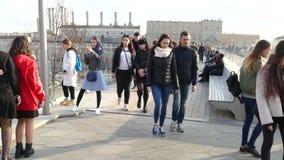 Οι άνθρωποι περπατούν κατά μήκος της οδού πόλεων απόθεμα βίντεο