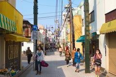 Οι άνθρωποι περπατούν κατά μήκος της οδού σε Kamakura Στοκ Φωτογραφίες