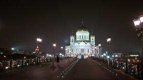 Οι άνθρωποι περπατούν κατά μήκος της πατριαρχικής γέφυρας στον καθεδρικό ναό Χριστού Savior στη Μόσχα απόθεμα βίντεο