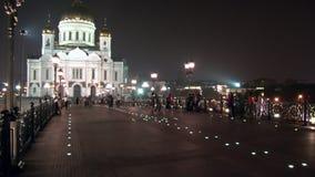 Οι άνθρωποι περπατούν κατά μήκος της πατριαρχικής γέφυρας στον καθεδρικό ναό Χριστού Savior στη Μόσχα φιλμ μικρού μήκους