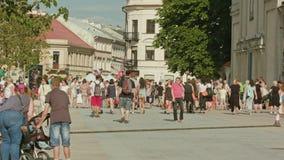 Οι άνθρωποι περπατούν κατά μήκος της τετραγωνικής θερινής ημέρας στο Lublin στοκ φωτογραφίες με δικαίωμα ελεύθερης χρήσης
