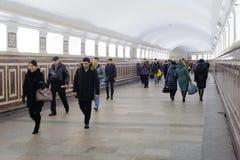 Οι άνθρωποι περπατούν κατά μήκος του διαδρόμου στις 8 Νοεμβρίου 2016 στο μετρό της Μόσχας Στοκ Εικόνες