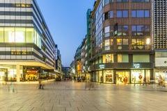 Οι άνθρωποι περπατούν κατά μήκος του Zeil το βράδυ στη Φρανκφούρτη Στοκ Εικόνες