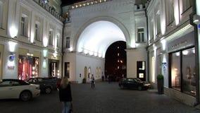Οι άνθρωποι περπατούν κοντά στα καταστήματα και τις μπουτίκ στη Μόσχα τη νύχτα απόθεμα βίντεο