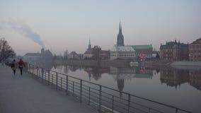 Οι άνθρωποι περπατούν κοντά στον ποταμό και την άποψη σχετικά με το νησί καθεδρικών ναών απόθεμα βίντεο