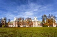 Οι άνθρωποι περπατούν κοντά στο μεγάλο παλάτι Tsaritsyn μια ηλιόλουστη ημέρα φθινοπώρου, Μόσχα στοκ φωτογραφία με δικαίωμα ελεύθερης χρήσης