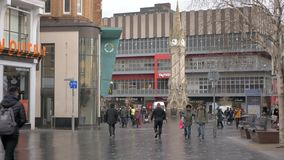 Οι άνθρωποι περπατούν μέσα κεντρικός ένα νεφελώδες πρωί Καταστήματα στο υπόβαθρο απόθεμα βίντεο