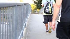 Οι άνθρωποι περπατούν μέσα στη γέφυρα απόθεμα βίντεο