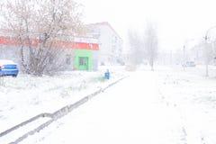 Οι άνθρωποι περπατούν μέσω της χαμηλής ορατότητας χιονοθυελλών στοκ εικόνες