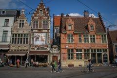 Οι άνθρωποι περπατούν μέσω του κεντρικού μέρους της μεσαιωνικής πόλης με τους καφέδες, τα εστιατόρια και τα καταστήματα αναμνηστι στοκ φωτογραφία