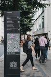 Οι άνθρωποι περπατούν μετά από τις κατευθύνσεις και χαρτογραφούν τον πίνακα σε Cheapside, πόλη του Λονδίνου, UK στοκ φωτογραφίες