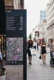 Οι άνθρωποι περπατούν μετά από τις κατευθύνσεις και χαρτογραφούν τον πίνακα στα πουλερικά, πόλη του Λονδίνου, UK στοκ εικόνα με δικαίωμα ελεύθερης χρήσης