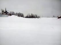 Οι άνθρωποι περπατούν προσεκτικά στη χιονώδη πορεία Στοκ Εικόνα