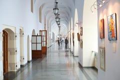 Οι άνθρωποι περπατούν σε Gostiny Dvor στοκ φωτογραφίες