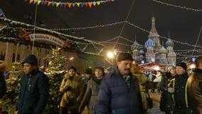 Οι άνθρωποι περπατούν στην έκθεση Χριστουγέννων στη Μόσχα φιλμ μικρού μήκους