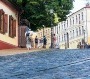 Οι άνθρωποι περπατούν στην κάθοδο Andriyivskyy σε Kyiv, Ουκρανία Podil εκδοτικός 08 03 2017 Στοκ Φωτογραφίες