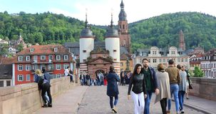 Οι άνθρωποι περπατούν στην παλαιά γέφυρα Alte Brucke στη Χαϋδελβέργη, Γερμανία απόθεμα βίντεο