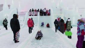 Οι άνθρωποι περπατούν στην πόλη πάγου κατά τη διάρκεια των χιονοπτώσεων φιλμ μικρού μήκους